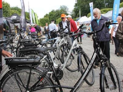 Ausprobieren kostet nichts: Bei den E-Mobilitäts-Tagen 2019 in Bad Füssing zeigen führende Hersteller ihre neuesten E-Bikes - Gratis-Testfahrten inklusive. Foto: Kur- & GästeService Bad Füssing