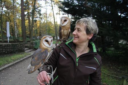 Liane Kasch mit Schleiereulen Ingo und Gerdchen aktuell / Foto: Wildpark-MV