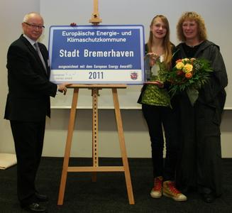 Energy Award Bhv: Baudezernent Volker Holm und Umweltdezernentin Anke Krein übernehmen durch die Weitergabe des  European Energy Awards an die Schülerin Lione Stienecke symbolisch Verantwortung für nachfolgende Generationen.