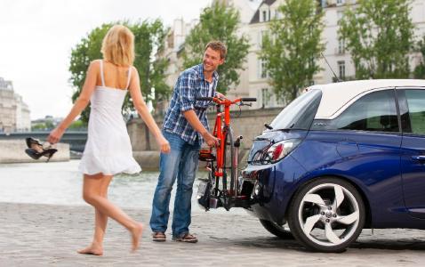 Praktischer Style, der begeistert: Selbst der Lifestyle-Flitzer Opel ADAM kann dank integriertem FlexFix-Trägersystem ein bis zwei Fahrräder mit auf große Tour nehmen