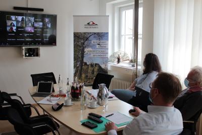 Im Rahmen einer Video-Konferenz stimmten sich Vertreter der Gastronomie und der Hotellerie am Vormittag mit Erstem Kreisbeigeordnetem Dr. Jens Mischak sowie Dr. Henrik Reygers und Jessica Luft vom Gesundheitsamt ab