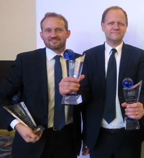 """SSF.Pools by KLAFS fügt seiner stattlichen Trophäen-Sammlung drei weitere wichtige Auszeichnungen hinzu. Heiko Böttcher (links), einer der beiden Geschäftsführer von SSF. Pools by KLAFS, und der langjährige SSF-Projektberater Rolf Petersen nahmen den EUSA-Award 2017 in Gold in der Kategorie """"Hallenbäder"""" und die EUSA-Awards in Bronze in den Kategorien """"Freibad"""" und """"Freibad mit Überdachung"""" entgegen / Foto: SSF.Pools by KLAFS"""