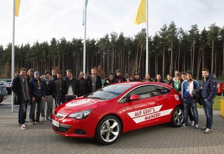 Gruppenbild mit Astra: Das Bundesligateam von Mainz 05 war zu Gast im Testzentrum Dudenhofen, um die Opel-Modellpalette zu testen und kennenzulernen
