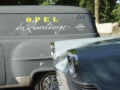 """In Logo-Form: """"Opel der Zuverlässige"""" war über fünf Jahrzehnte Gütesiegel und Werbespruch in einem. Hier in zeitgenössischer Form auf dem Schnelllieferwagen von 1953"""