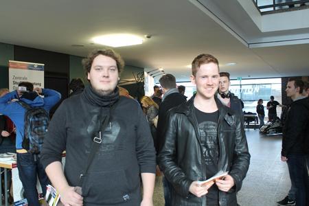 Fabian Drulage (links) und Felix Barkhüser (rechts) aus Minden-Lübbecke sind gerade dabei ihr Fachabitur zu absolvieren und informieren sich beim HIT über den Studiengang Maschinenbau. Foto: Hochschule Osnabrück/Linda Gösmann