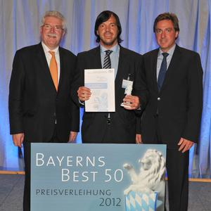 "CEO Walter Meyer (centre) receives the ""Bavaria's Best 50"" award for the Franconian Onlineprinters GmbH. Among the congratulants are Martin Zeil (left), Bavarian Minister of Economic Affairs, and Prof. Dr. Thomas Edenhofer (Rölfs RP AG). Copyright: SX Heuser"