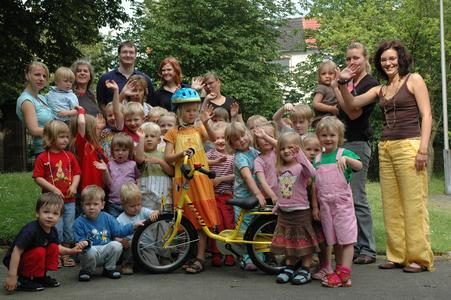 Mit dem gespendeten Fahrrad vom AStA erfüllt sich für die Kinder ein lang gehegter Wunsch