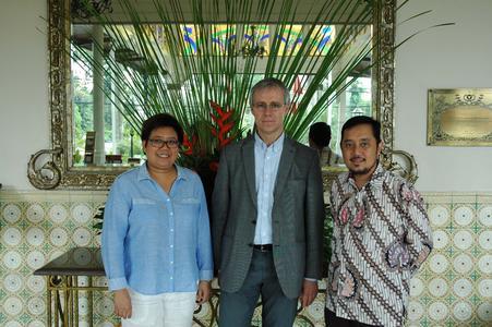 Dr. Romyen Kosaikanont, Mae Luang University, Professor Dr. Peter Mayer, Hochschule Osnabrück und Dr. Didi Achjari, Universitas Gadjah Mada (v.l.) freuen sich über die erfolgreiche Teilnahme der Dekaninnen und Dekane am International Deans' Course