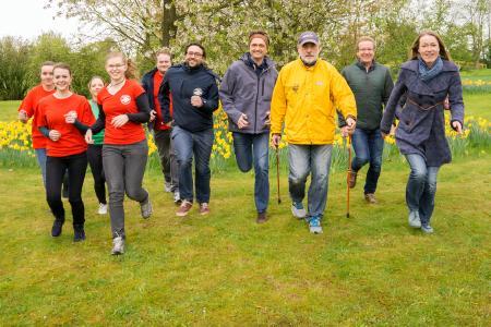 Heidrun Martinez von den Sozialen Diensten SKM (1. von rechts) und Hochschul-Präsident Prof. Dr. Andreas Bertram (4. von rechts) laufen sich mit dem Organisationsteam schon mal warm für den Charity-Lauf am 25. April an der Hochschule Osnabrück