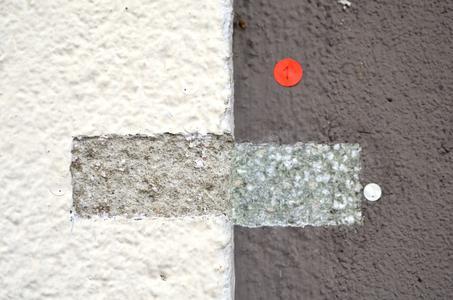 Der Name der Farbe: Restaurator Thorsten Moser aus Sulzbach/Taunus hatte herausgefunden, dass die Fassadengestaltung der Häuser 36 bis 38 in den 1950ern mit einem zweifarbigen Kratzputz erfolgt sein musste, und zwar in einem hellen Weißgrau und einem dunkleren Grauton. Dem entsprachen die Farbtöne Caparol Weiß 160 und Caparol Purpurit 60, so dass sich das FarbDesignStudio in Ober-Ramstadt bei der Entwurfsgestaltung an diese Vorgaben halten konnte (Foto: Caparol Farben Lacke Bautenschutz/Claus Graubner)