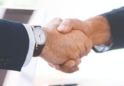 Wenn es in Unternehmen zu Streitigkeiten kommt, ist ein Betriebsrat eine hilfreiche Unterstützung für den Arbeitnehmer. Doch welche Rechte hat der Betriebsrat und wie bildet er sich? (Foto: ots/KLUGO GmbH)