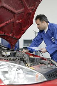Techniker nehmen die Fahrzeuge genau unter die Lupe. Ein prüfender Blick unter die Motorhaube zeigt den Mitarbeitern von TÜVTURK, ob Kabel und Motor intakt sind und ob Brems- oder Kühlflüssigkeit austritt. (Foto: TÜV SÜD)