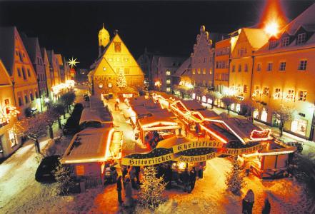 Bayerns zweitältester Weihnachtsmarkt am Oberen Markt in Weiden in der Oberpfalz. Foto: obx-news/Tourismusverband Ostbayern