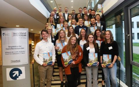 Stipendiatinnen und Stipendiaten mit ihren Förderern bei der Vergabefeier des Deutschlandstipendiums 2019 / Foto: Dorothea Hoppe-Dörwald