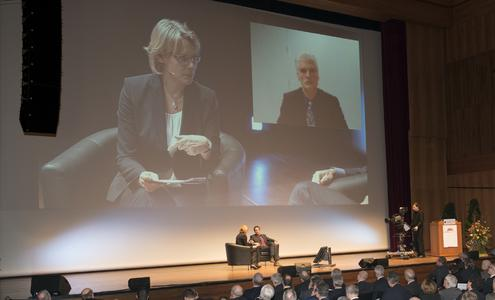 SWR-Moderatorin Ute Bruckner (links) im Gespräch mit Prof. Dr. Julian Nidda Rümelin (im mittleren Sessel); Prof. Dr. Andreas Schleicher (rechts oben) wurde per Videokonferenz zugeschaltet