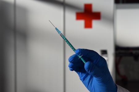 Zwischen der ersten und der zweiten Impfung mit AstraZeneca sollten zwölf Wochen liegen, um einen ausreichenden Impfschutz zu erzielen, raten Gesundheitsdezernent Dr. Jens Mischak und die beiden Mediziner Dr. Henrik Reygers und Dr. Erich Wranze-Bielefeld