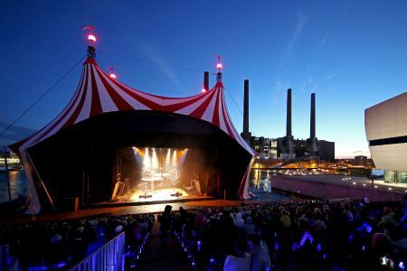 Sommerfestival der Autostadt: Stageco baut schwimmende Zirkuszelt-Bühne in Wolfsburg (Foto: Matthias Leitzke)