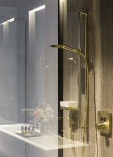 Für die Bäder, die ganz im Zeichen der von urbaner Eleganz geprägten Atmosphäre des De Gulde Schoens stehen, entschieden sich die Hoteliers für Produkte der Kollektion AXOR Citterio E
