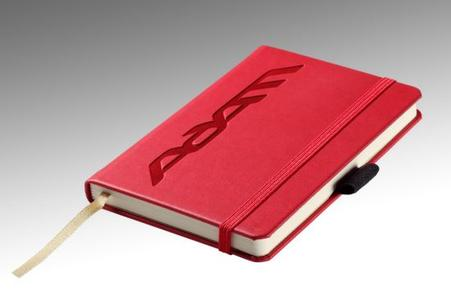 Nichts vergessen: Das hellrote Opel ADAM-Notizbuch ist die optimale Gedächtnisstütze im Alltagsstress. Der Schreibblock mit ADAM-Print und Opel-Signatur liegt für 8,50 Euro im Weihnachtsregal