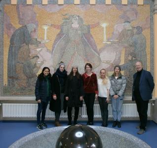 Die Besuchergruppe aus Frankfurt (Oder) vor Sascha Schneiders Wandmosaik, Foto: Andreas Mascha