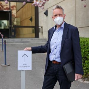 Rudolf Roß, Leiter des Planungsstabs Pandemie, bereitet ein Impfzentrum für die Betriebsärztinnen und -ärzte der E.V.A.-Gruppe vor.  (Bild: rechtefrei, Urhebervermerk: STAWAG/Steindl)