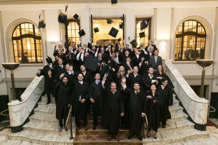 Neben dem Job zum MBA - Absolventen feiern ihren berufsbegleitenden Abschluss / Foto: RheinAhrCampus, Remagen