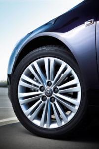Neue Leichtmetallräder mit markantem Felgendesign komplettieren die Silhouette des Opel Insignia