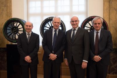 V.l.: Gianantonio Magnani, Präsident der Stiftung Universität Mailand, Marco Tronchetti Provera, Executive Vice Chairman und CEO von Pirelli, und Ferruccio