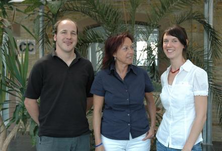 Ausgezeichnete Studierende: Prof. Dr. Marie-Luise Rehn (2.v.l.) freut sich über die herausragenden Leistungen von Jörn Fischer und Lena Gond