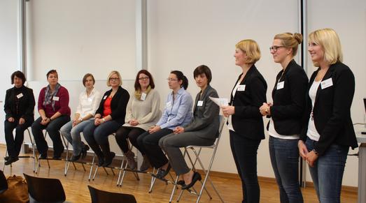 Die Ökotrophologie-Studentinnen Katharina Brant, Luisa Siering und Elisabeth Franke (von rechts) stellen die Absolventinnen vor
