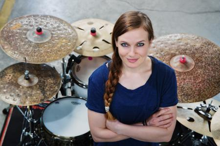 Anika Nilles zählt derzeit zu den weltbesten Drummerinnen. In der internationalen Schlagzeugszene ist sie ein Star und ihre Konzerte regelmäßig ausverkauft. Im April unterrichtet sie online im DrumCamp der BDB-Musikakademie.