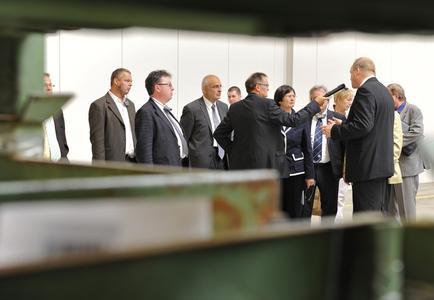 Winkhaus Geschäftsführer Stefan Wemhoff (2.v.rechts) begrüßte die Ministerpräsidentin Christine Lieberknecht und die Delegation in den Produktionshallen