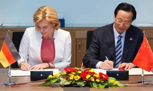 Bundeslandwirtschaftsministerin Julia Klöckner und ihr chinesischer Amtskollege Han Changfu unterzeichnen zum Auftakt der deutsch-chinesischen Regierungskonsultationen eine Absichtserklärung / Quelle: Christian Thiel/BMEL
