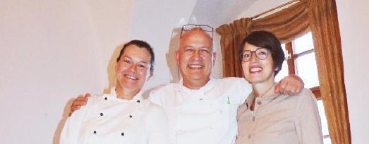 """Kati und Frank Reinhardt, Residence Managerin und Chefkoch im Restaurant """"Reinahrdt's im Schloss"""", mit Claudia Weber (links) aus San Miniato zum Trüffelevent im Jahr 2016"""