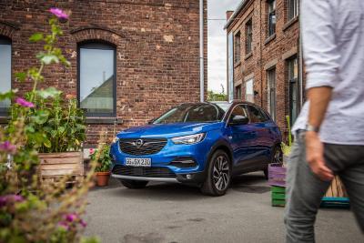 Opel-Jahresrückblick 2017: Stylisher Newcomer: Der neue Opel Grandland X mischt seit Herbst den Kompakt-SUV-Markt auf