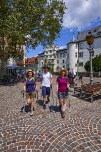 """Wanderer in Bad Mergentheim © Tourismusverband """"Liebliches Taubertal"""" – Peter Frischmuth"""