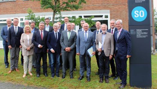 Peter Bleser (5. von rechts), Parlamentarischer Staatssekretär beim Bundesminister für Ernährung und Landwirtschaft, überreichte die Zuwendungsbescheide an die Projektbeteiligten. Mit ihnen freuten sich weitere Vertreter der Hochschule Osnabrück und der Regional-, Landes- und Bundespolitik