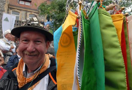 Reich verziert: Einer von rund 11.000 Wanderern, die am Festumzug des Deutschen Wandertages in Melle teilnahmen, Foto: J. Kuhr/DWV