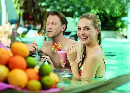fruchtiger Cocktailgenuss an einer der beiden exotischen Poolbars