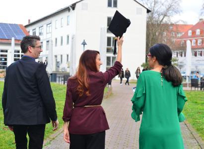 Der Abschluss ist geschafft - wir gratulieren! Die Hochschule Worms verabschiedet im Wintersemester 400 Absolventinnen und Absolventen im Rahmen der feierlichen Abschlussfeier. Foto / Uwe Feuerbach