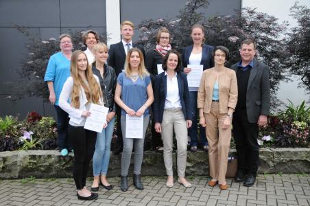 Die Preisträgerinnen und Preisträger des Klaus Bahlsen Preises mit ihren Betreuerinnen und Betreuern sowie Dr. Sabine Schopp (4. von rechts), Vorstand der Rut- und Klaus-Bahlsen-Stiftung: (von links) Prof. Dr. Elisabeth Leicht-Eckardt, Tabea Müller, Prof. Dr. Carola Strassner, Maren Schulze, Frederik Langsenkamp, Annika Morthorst, Esther Kassner, Jantje Abraham, Prof. Dr. Dorothee Straka, Jury-Vorsitzende, und Prof. Dr. Stephan Kolfhaus. Nicht abgebildet sind Caroline Pilling, Prof. Dr. Arno Ruckelshausen und Prof. Dr. Dieter Trautz