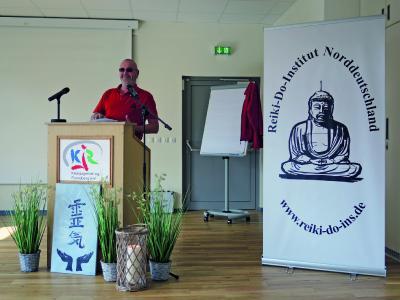 Frank Glatzer, Leiter des Reiki Do Instituts, bei der Eröffnung der letzten Reiki Mööt.