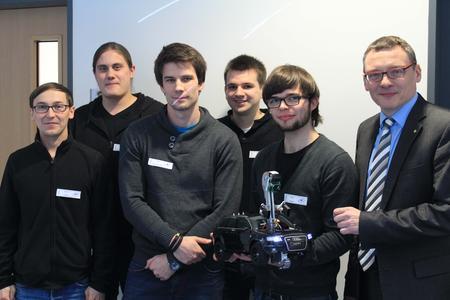 """Das Projektteam """"OSCar"""" aus Studierenden der Technischen Informatik, rund um Projektleiter Mario Hauke (2.v.r.), gemeinsam mit Prof. Dr. Frank Thiesing (r.), dem Initiator der Informatik-Messe"""