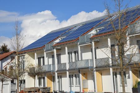 Solartechnik gehört – auch Dank des Dachdeckers – heute zum Alltags-Dachbild