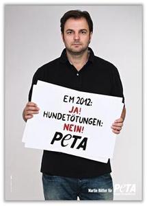 Hundeprofi Martin Rütter erhebt mit PETA seine Stimme für Tiere in der Ukraine / Foto: Marc Rehbeck