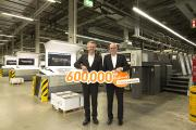 January 2017 sees Onlineprinters welcome its 600,000th customer. The company increased its client base by 100,000 new customers in one year. Rainer Hundsdörfer (right), CEO of Heidelberger Druckmaschinen AG, congratulates Michael Fries, CEO of Onlineprinters GmbH / Copyright: Onlineprinters GmbH
