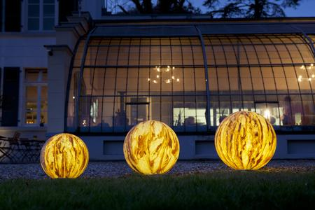 Natursteinleuchten von Epstein-Design beleuchtet bei Nacht
