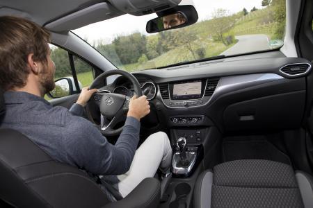 Machen das Leben leichter: Der Opel Crossland X bietet zahlreiche innovative Fahrerassistenz-Systeme wie Verkehrsschilderkennung, Toter-Winkel-Warner und 180-Grad-Panorma-Rückfahrkamera, um die Fahrt noch sicherer und entspannter zu gestalten