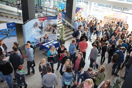 Beim Info-Markt konnten sich die Studienanfängerinnen und -anfänger zu wichtigen Institutionen und Angebote in der Stadt Osnabrück informieren