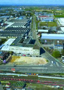 Das Foto zeigt das heutige Firmengelände, ebenfalls zu sehen die Baugrube des zukünftigen Neubaus an der B3